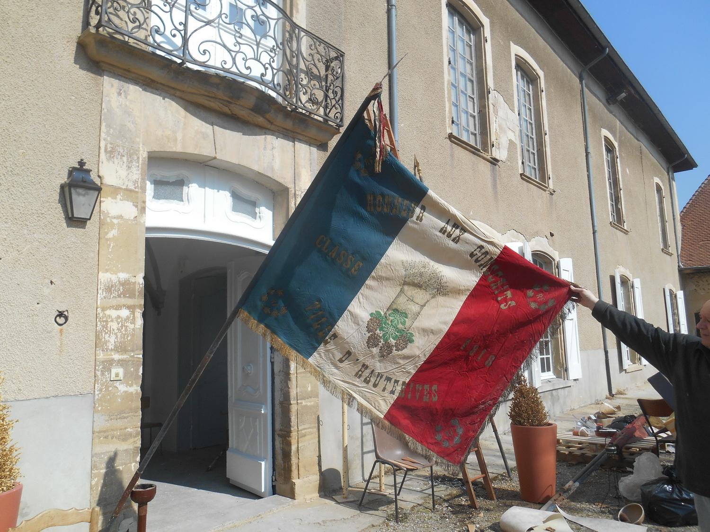 Une découverte au château , un drapeau des classards 1918