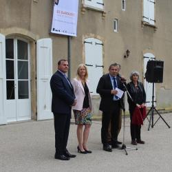 devant le chateau M le Maire présente les Garouste (Gérard et Elisabeth)