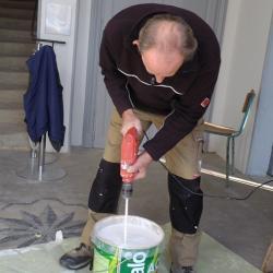 chacun sa spécialité ici Yves mélange la peinture