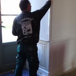 ici Gérard peint les murs des portes