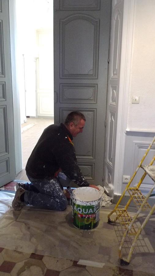 ici André peint les soubassements des salles du bas