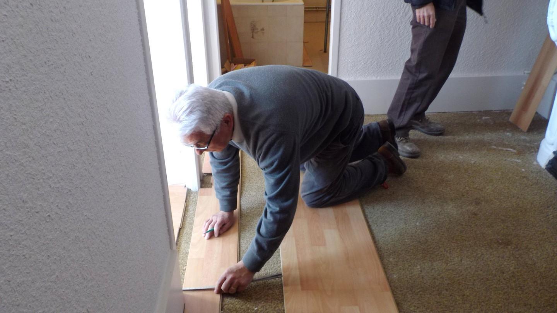 ici Denis pose le parquet des chambres et couloir