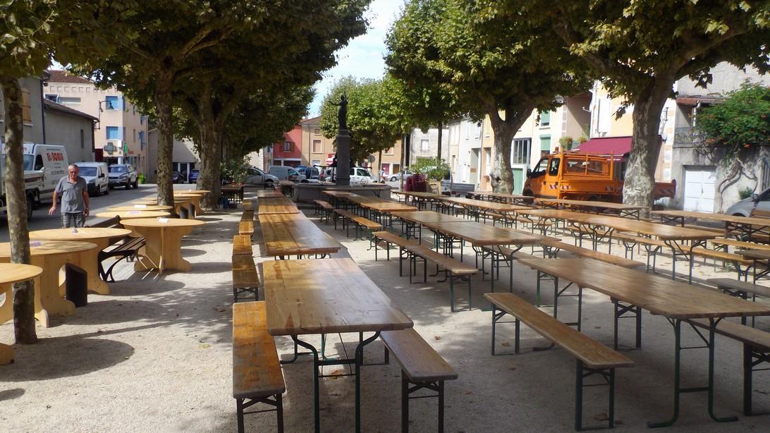 les tables et bancs sont placés