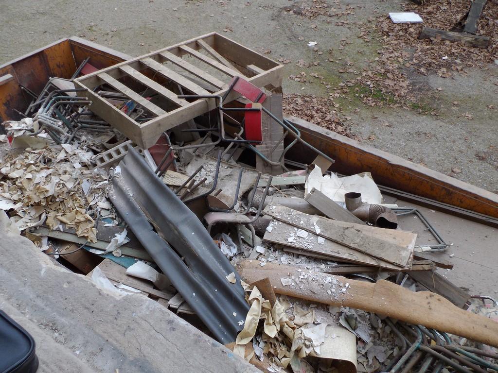pour preuve, une benne entière de gravats, déchets multiples, débris, etc...