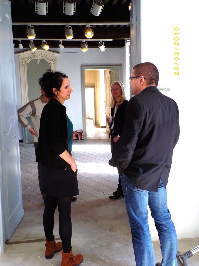 le maire en grande discussion avec la directrice du Palais Idéal
