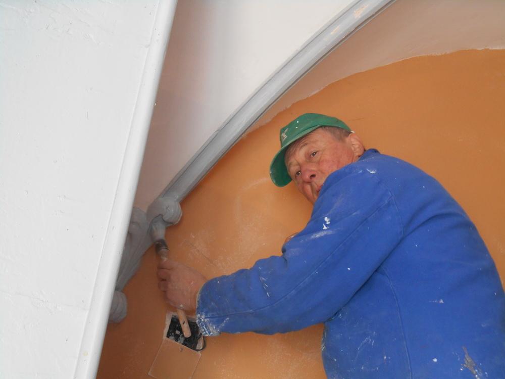 Les finitions du plafond du couloir
