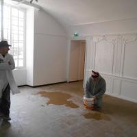 Gérard regarde son oeuvre , et Jean Mi gratte la peinture