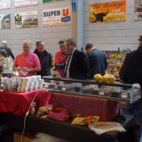 le maire Florent Brunet goûte les différents produits
