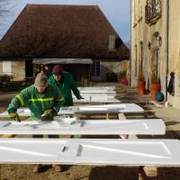 l'équipe verte s'occupe des volets peinture sur trépied