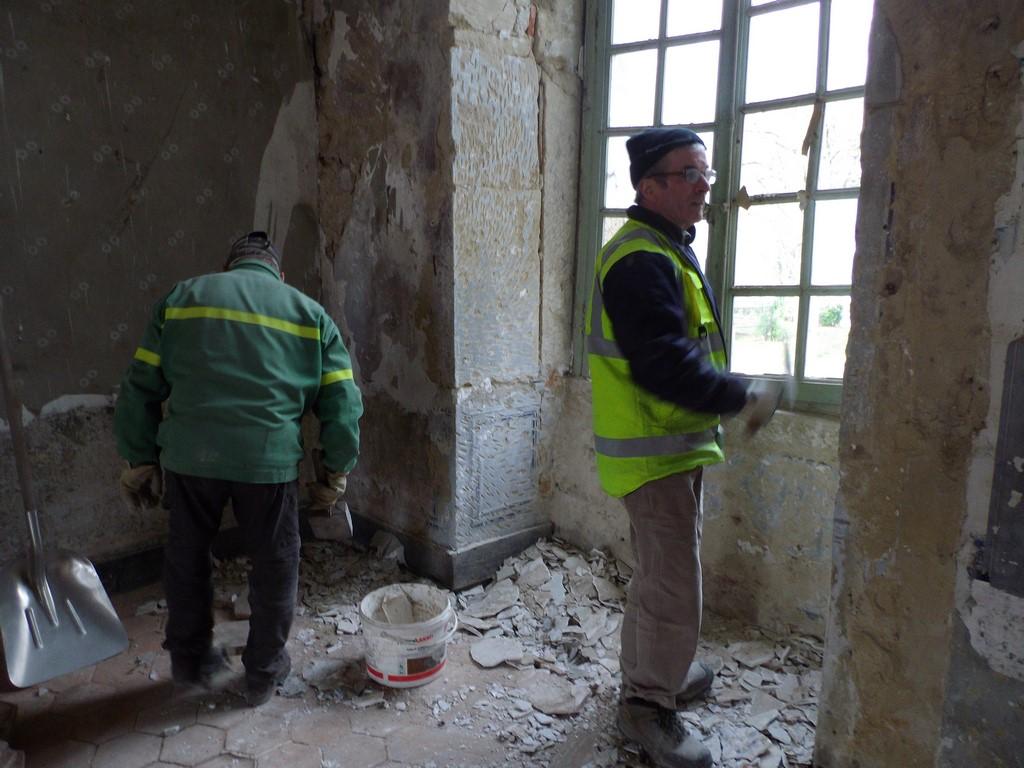 en action, restauration des murs et fenêtres